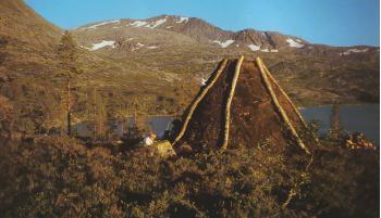 Dette er våre vidder - reinens og rypenes vidder. Nybygd gamme i Sørsamisk tradisjon ved nedre Breivatn. foto: M.Solbakk