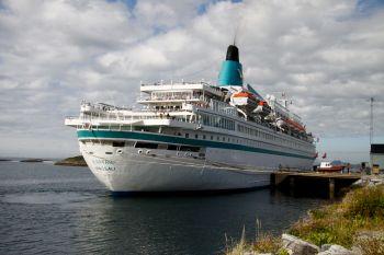 MS Albatros ved kai på Gårdsøya